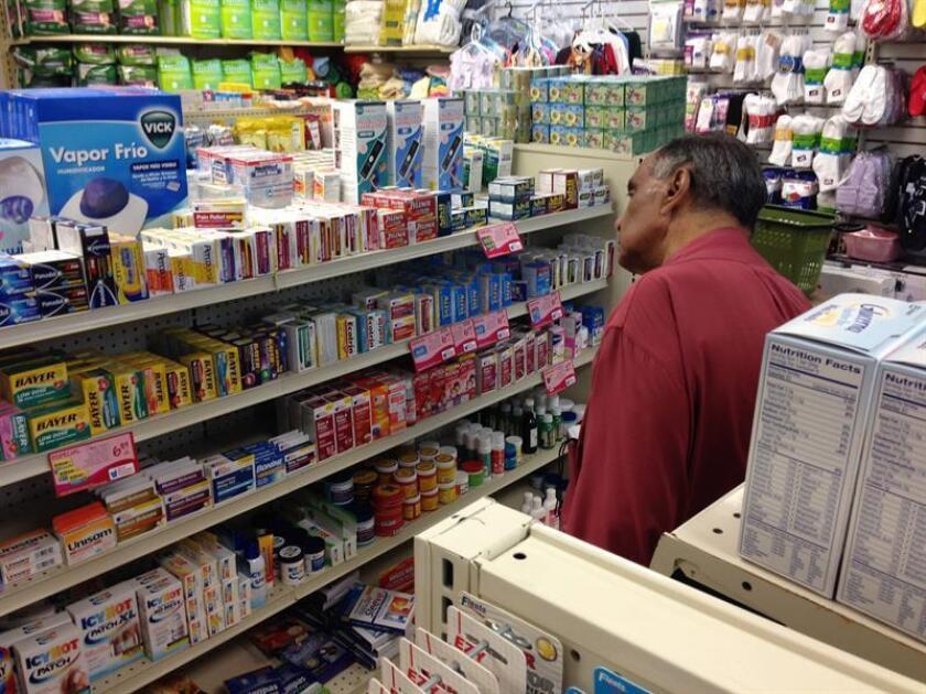 Vista de una persona comprando medicamentos en una farmacia en San Juan, Puerto Rico. EFE/Archivo