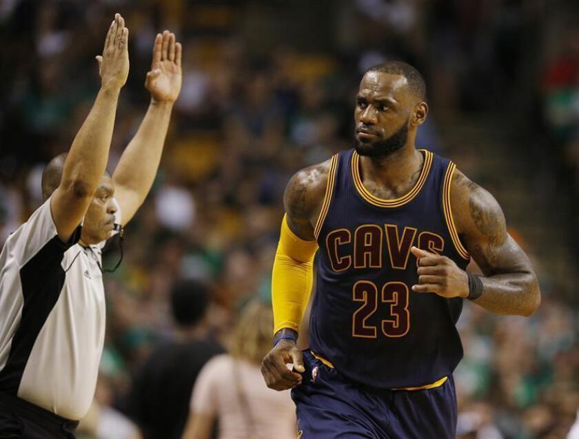 En la imagen, el jugador de los Cavaliers de Cleveland LeBron James. EFE/Archivo