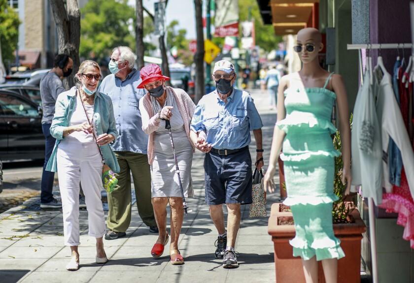 La gente camina por la calle India en el centro de San Diego.