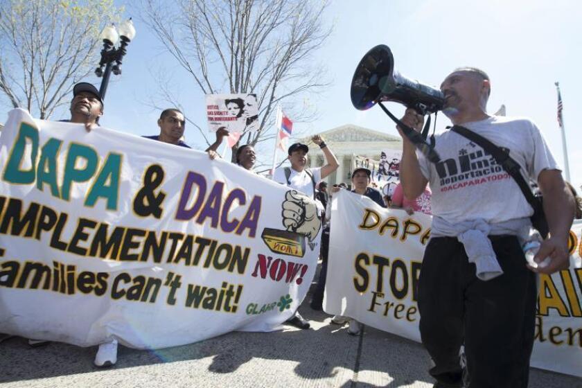 Decenas de personas sostienen carteles de apoyo a los inmigrantes afectados por los programas de Acción Diferida para Responsabilidad de los Padres (DAPA) y de Acción Diferida (DACA) durante una manifestación celebrada frente al Tribunal Supremo en Washington, Estados Unidos. EFE/Archivo