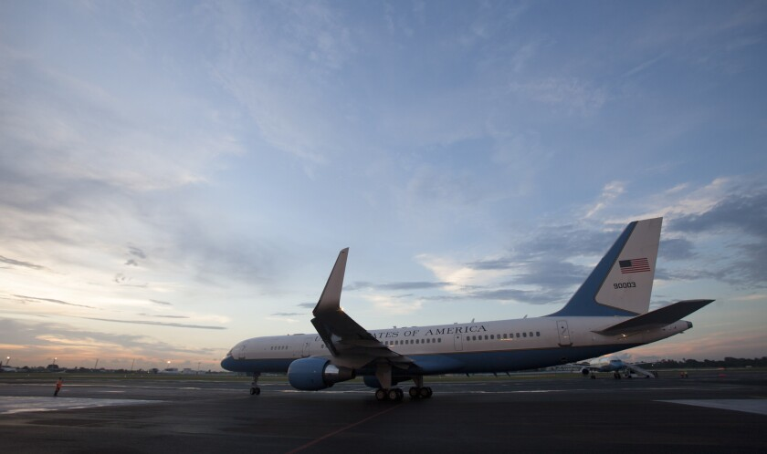 ARCHIVO - En esta foto de archivo del 14 de agosto de 2014, el avión que transporta al secretario norteamericano de Estado, John Kerry, se dispone a despegar del aeropuerto de La Habana, Cuba, tras de que el funcionario reinaugurara la embajada norteamericana tras 54 años de ruptura de relaciones diplomáticas. Estados Unidos y Cuba suscribirán la semana entrante un acuerdo para reanudar el tránsito comercial aéreo por primera vez en cinco décadas, dijeron funcionarios estadounidenses el viernes 12 de febrero de 2014, en un compromiso que derivará en decenas de vuelos diarios a finales de año. (AP Foto/Ismael Francisco, Cubadebate, Archivoe)