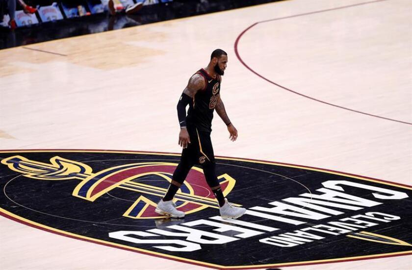 LeBron James de Cleveland Cavaliers camina por la cancha, hoy, miércoles 6 de junio de 2018, tras el tercer juego de las finales de la NBA, en el Quicken Loans Arena de Cleveland, Ohio (EE.UU.). EFE