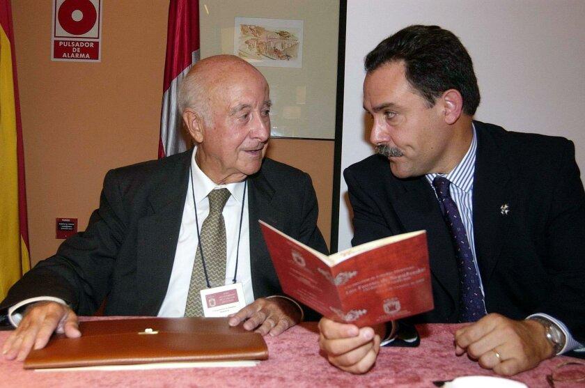 Faustino Menéndez Pidal, director de la Real Academia Matritense de Heráldica, junto a Javier Alvarado Planas, catedrático de Historia del Derecho de la UNED.