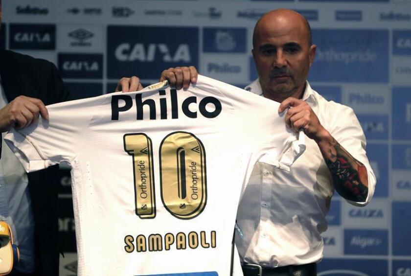 El técnico argentino Jorge Sampaoli durante su presentación como nuevo técnico de Santos hoy, en Sao Paulo (Brasil). EFE