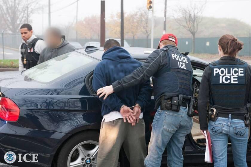 """Foto de archivo. El presidente del grupo Proyecto Latino, Tony Yapias, señaló que la comunidad hispana local está preocupada ante los operativos que ICE se halla realizando desde ayer en la capital del estado, aunque precisó que no se trata de """"redadas ni retenes"""" y que todos los arrestados cuentan con antecedentes criminales."""
