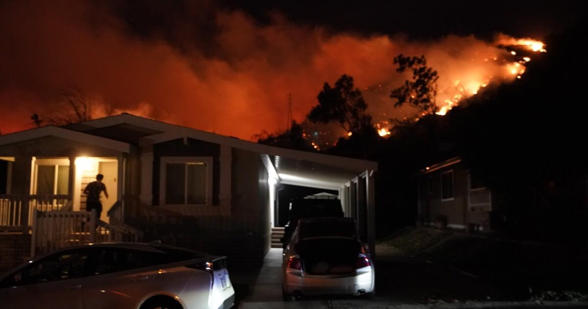 Saddleridge api yang membakar rumah-rumah, mengancam banyak foothill masyarakat