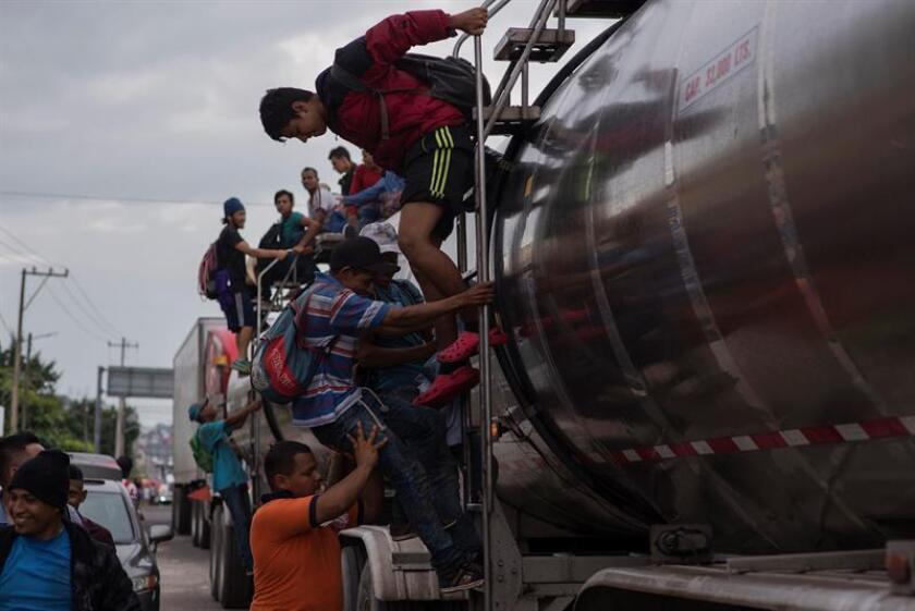 Miembros de la caravana migrante llegan hoy, viernes 2 de noviembre de 2018, al estado de Veracruz por el municipio de Sayula de Alemán (México). EFE