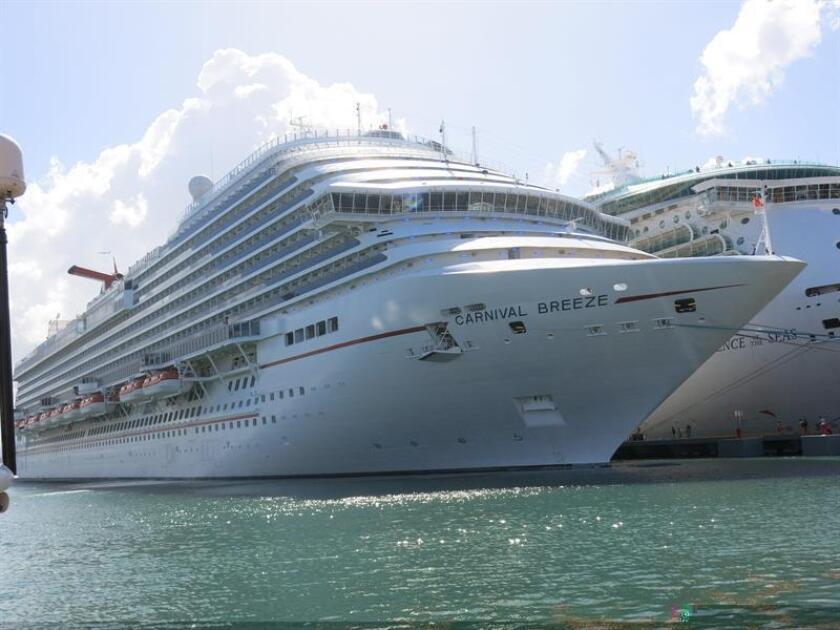 """El gobernador de Puerto Rico anunció que en la actualidad el turismo aumentó al 7,1% del Producto Nacional Bruto; se crearon """"miles"""" de empleos en la industria hotelera y de comida; se sumaron mil habitaciones a la oferta hotelera de la isla, se rompió récord en el sector de los cruceros y once aerolíneas comenzaron a volar a San Juan o restablecieron sus rutas. EFE/ARCHIVO"""