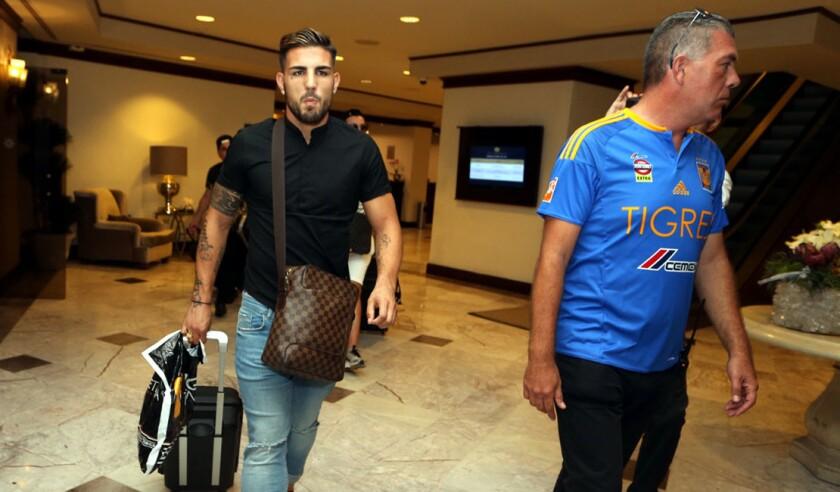 Andy Delort (i) en su llegada a Monterrey, México.