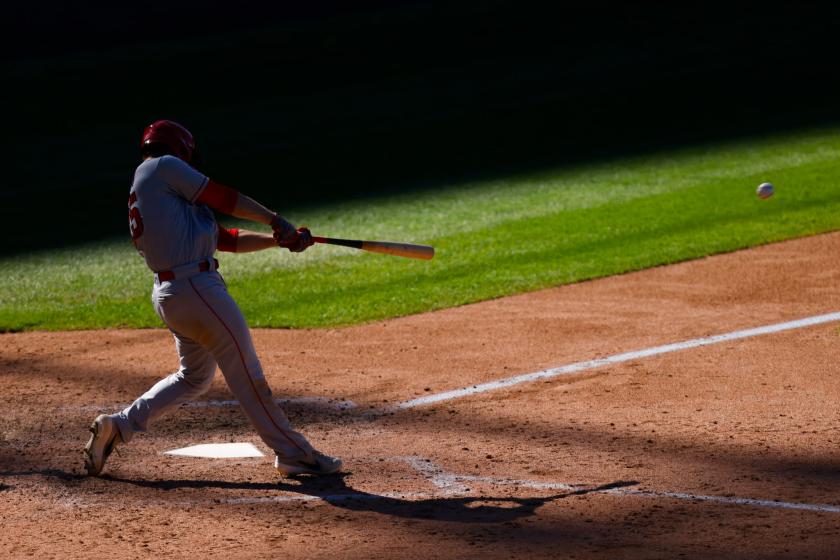 Le joueur de premier but des Angels Jared Walsh frappe un simple contre les Rockies du Colorado dimanche.