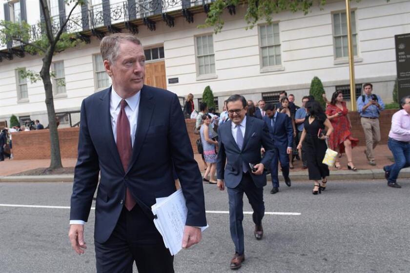 El representante de Comercio Exterior de EE.UU, Robert Lighthizer (i), y el secretario de Economía de México, Ildefonso Guajardo (c), se dirigen a la Casa Blanca al finalizar su reunión sobre la renegociación del Tratado de Libre Comercio de América del Norte (TLCAN). EFE/Archivo