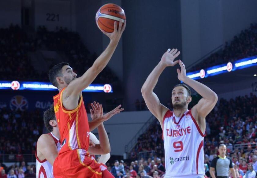 El base de la selección española de baloncesto Jaime Fernández (i) lanza a canasta ante la defensa del pívot de Turquía Semih Erden durante el encuentro clasificatorio para el Mundial de baloncesto de la FIBA, en Ankara (Turquía). EFE