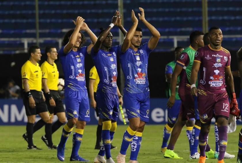 Jugadores de Delfín saludan al público este miércoles en el partido de vuelta de la primera fase de la Copa Libertadores ante Nacional de Paraguay en el estadio Defensores Del Chaco en Asunción (Paraguay). EFE