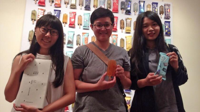 National Taiwan University of Arts students, from left, Kuo Yi-hui, Hung Yi-chen and Cheng Yu-di pos