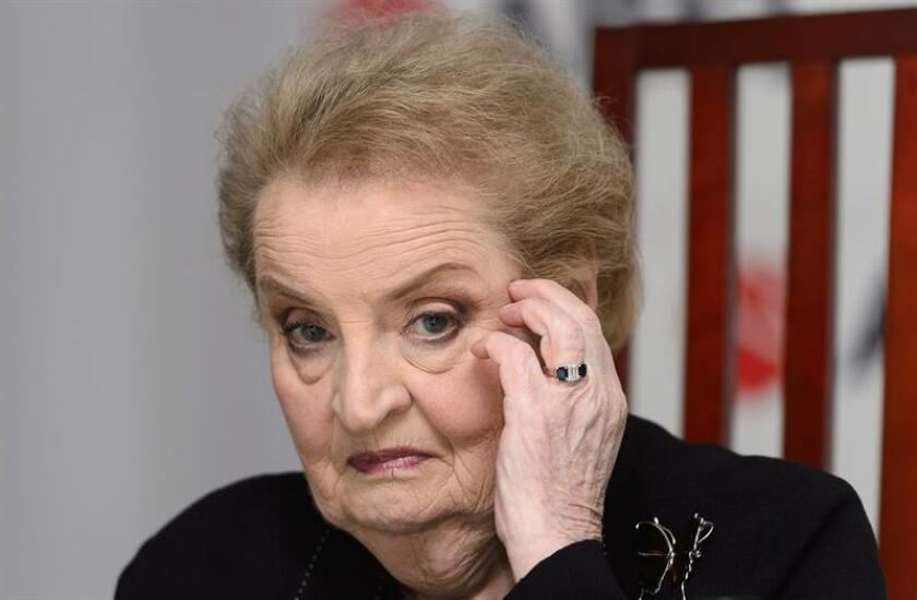 Madeleine Albright, la primera mujer que encabezó el Departamento de Estado, amenazó hoy con registrarse como musulmana con el fin de boicotear el decreto que está preparando el presidente Donald Trump para restringir la entrada de habitantes de países con población musulmana. EFE/ARCHIVO