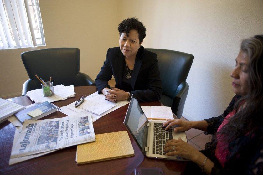 La directora de La Jornada Baja California, Mireya Cuéllar, contesta preguntas sobre la nueva edición del periódico, a la derecha, Julieta Martínez. David Maung/Enlace