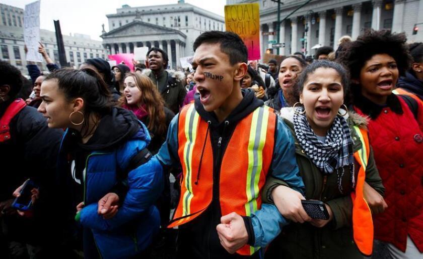 Estudiantes protestan contra el Gobierno de Donald Trump hoy, martes 7 de febrero de 2017, en Nueva York (NY, EE.UU.). Cerca de 500 estudiantes participaron en la manifestación. EFE