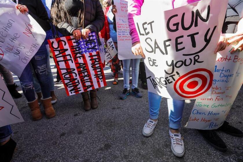 Decenas de estudiantes protestan en una marcha contra las armas en EEUU. EFE/Archivo