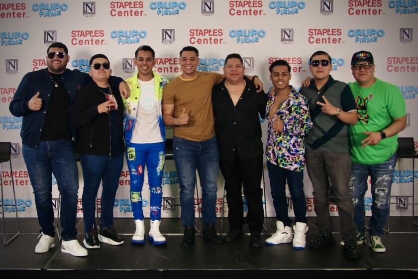 Los integrantes de Grupo Firme y su representante en las instalaciones del Staples Center de California.