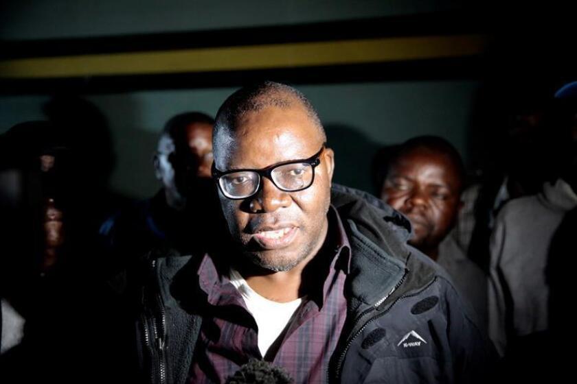 El opositor zimbabuense Tendai Biti (c) sale de prisión en Harare (Zimbabue) hoy, 9 de agosto del 2018. EFE