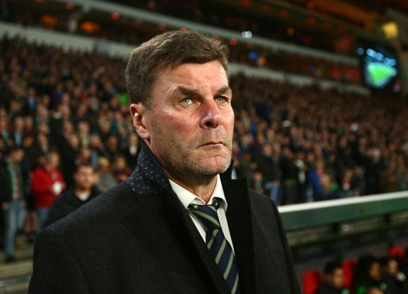 Wolfsburg's headcoach Dieter Hecking looks on during the Champions League Group B soccer match between PSV and VfL Wolfsburg at Philips stadium in Eindhoven, Netherlands, Tuesday, Nov. 3, 2015. (AP Photo/Peter Dejong)
