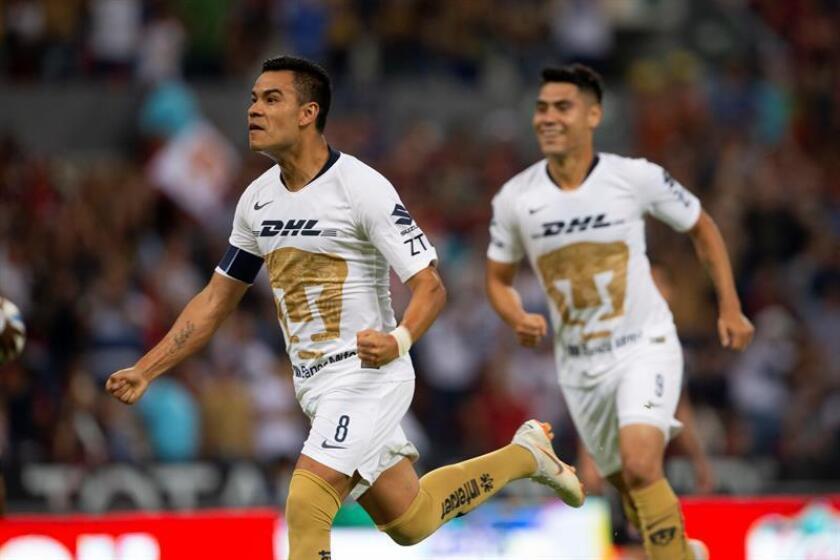 El jugador de Pumas Pablo Barrera (i) celebra una anotación ante Atlas el viernes 3 de agosto de 2018, durante el juego correspondiente a la jornada 3 del torneo mexicano de fútbol, celebrado en el estadio Jalisco, en la ciudad de Guadalajara (México). EFE/Archivo