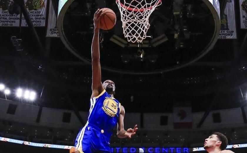 En la imagen un registro de Kevin Durant, alero estrella de los Warriors de Golden State, quien aportó un doble-doble de 29 puntos y 12 rebotes en la victoria de su equipo 120-116 sobre los Mavericks de Dallas. EFE/Archivo