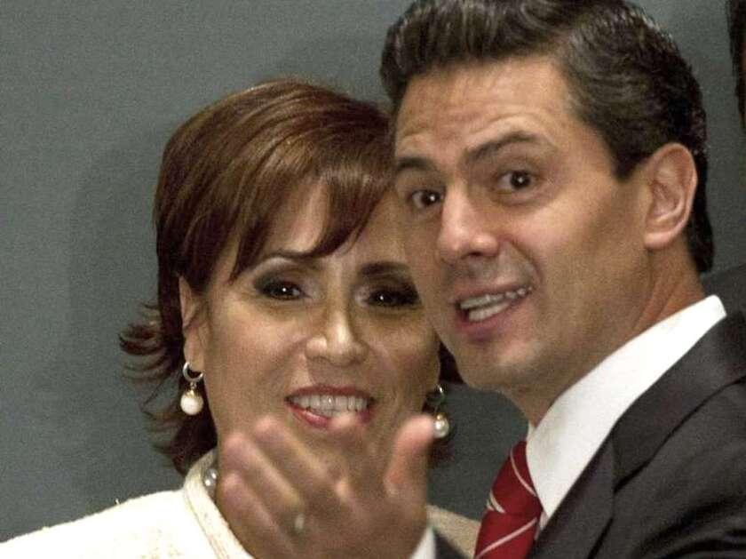 Foto de archivo: El entonces presidente de México, Enrique Peña Nieto, habla con Rosario Robles, titular de la Secretaría de Desarrollo Social