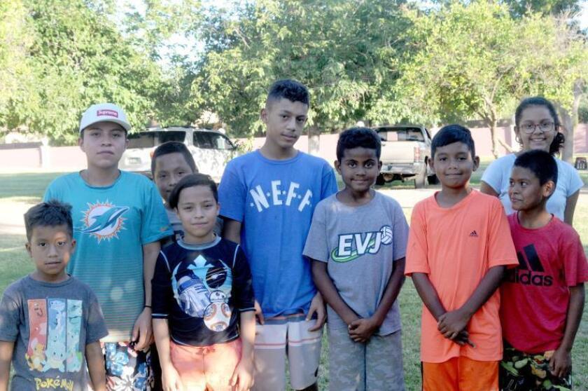 """Un grupo de menores que cruzaron a Estados Unidos con sus padres posa para Efe, el 26 de junio, en el refugio """"Helping with all my Heart"""" en Phoenix, Arizona (EE.UU.). EFE/Beatriz Limón/Archivo"""