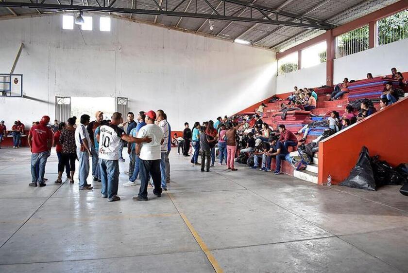 Personas de comunidades de la sierra de Guerrero permanecen en un albergue hoy en la ciudad de Chilpancingo, en el estado de Guerrero (México). EFE/STR