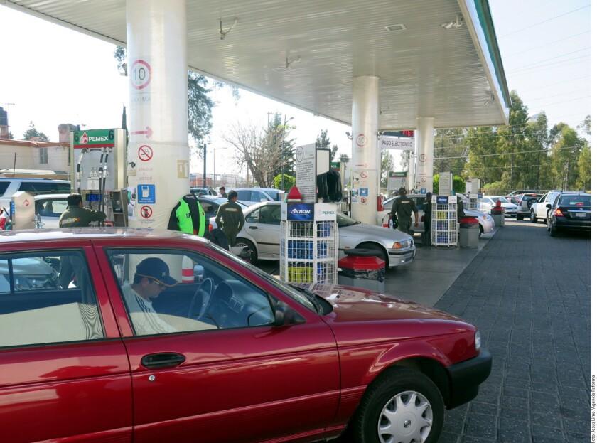 Coahuila, Puebla y Oaxaca son algunas de las entidades en donde reportan largas filas para comprar gasolina a pocas horas de que se aplique el alza al precio.