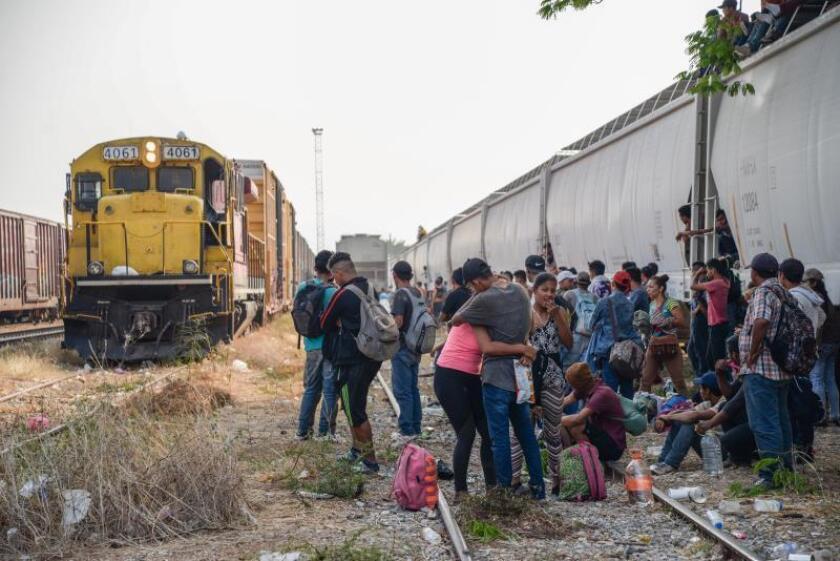 """Cientos de migrantes centroamericanos esperan abordar nuevamente las góndolas del tren """"La Bestia"""" en el municipio de Ixtepec, en el estado de Oaxaca (México), para continuar su camino hacia la frontera de Estados Unidos, a pesar de los retenes que las autoridades mexicanas han impuesto para detener su travesía. EFE/Luis Villalobos/Archivo"""