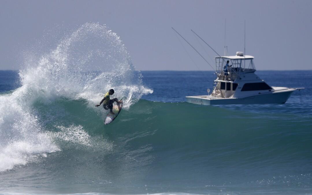 Gabriel Medina, do Brasil, dá um recuo no caminho para se tornar o campeão mundial nas finais da World Surf League.