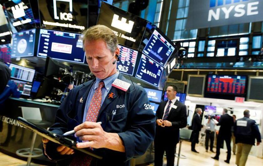 Corredores trabajan en la Bolsa de Nueva York (Estados Unidos). EFE/Archivo