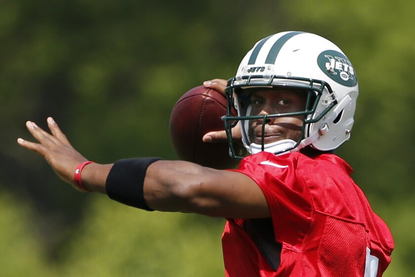 New York Jets quarterback Geno Smith (7) throws a pass during NFL football practice, Wednesday, May 25, 2016, in Florham Park, N.J. (AP Photo/Kathy Willens)