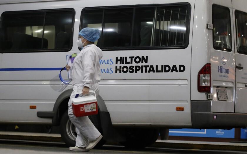 Una empleada sanitaria en las afueras del hotel Hilton Colón, donde el club argentino Boca Juniors se hospeda