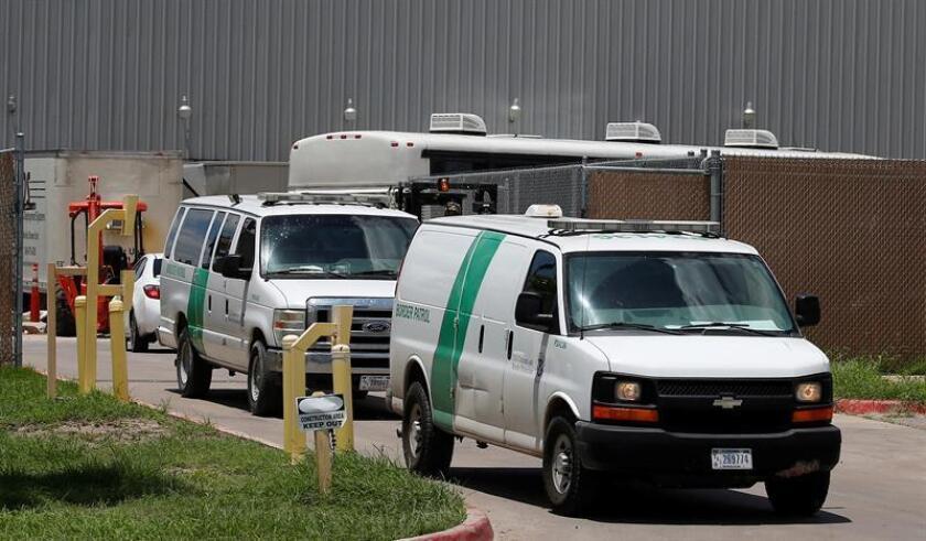 Las camionetas de la Patrulla Fronteriza salen del Centro de Procesamiento Central de la Patrulla Fronteriza de los EE. UU. en McAllen, Texas, (EE. UU.). EFE/Archivo