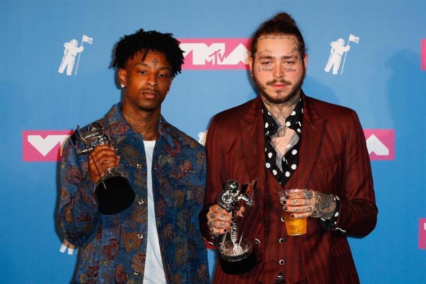 Los raperos 21 Savage (i) y Post Malone (d) posan con sus premios en la sala de prensa de los Premios MTV Video Music Awards 2018, el lunes 20 de agosto de 2018, en el Radio City Music Hall, en Nueva York (EE.UU.). EFE/Archivo