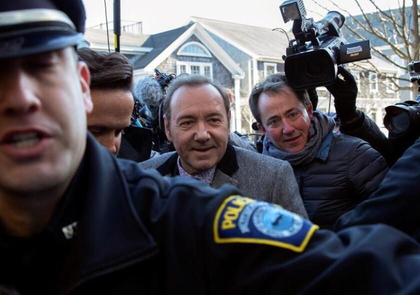 El actor estadounidense Kevin Spacey es escoltado por la policía a su llegada al tribunal de Nantucket, Estados Unidos. EFE/ Cj Gunther/Archivo