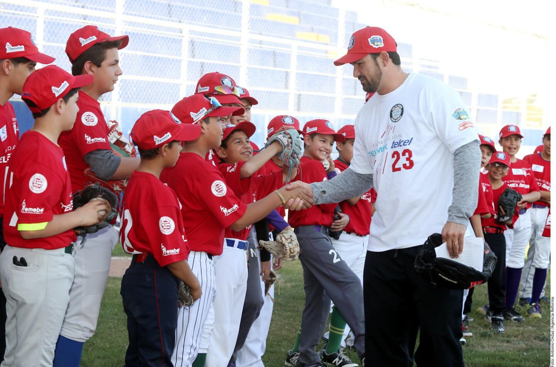 La estrella de los Dodgers de Los Ángeles transmitió sus conocimientos a niños que participan en el programa de Ligas Pequeñas, en una sesión que duró dos horas y media.