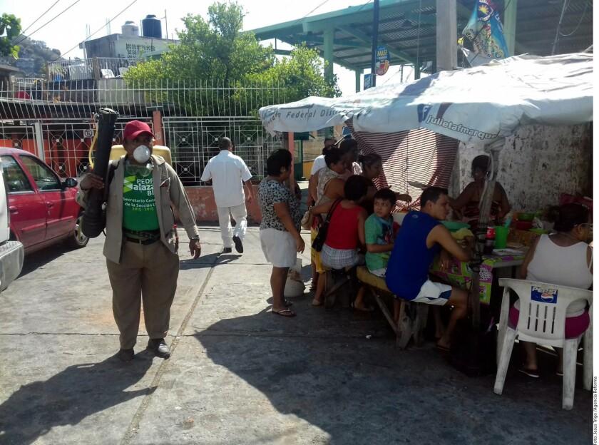 Personal de Ssa y de la coordinación de servicios públicos municipales acudieron a la Colonia Santa Cruz de Acapulco para mantener un despliegue en la zona.