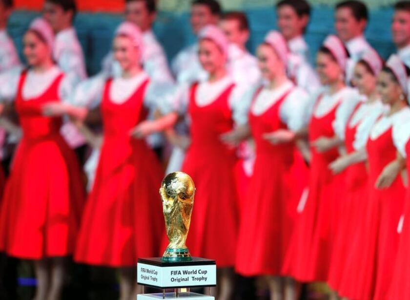 Vista del trofeo de campeón en el escenario durante el sorteo del Mundial de Rusia 2018 que se celebra en el Palacio del Kremlin de Moscú, Rusia. EFE