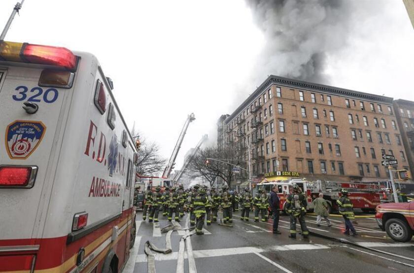 Bomberos trabajan para extinguir el fuego de un edificio que colapsó en la parte baja de Manhattan en Nueva York (Estados Unidos). EFE/Archivo