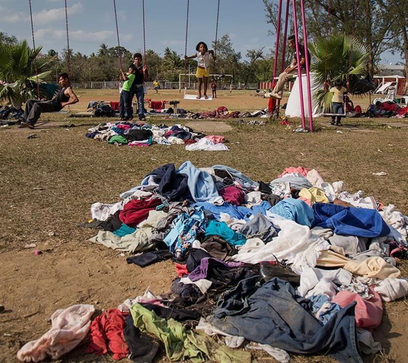 Niños migrantes centroamericanos juegan en un parque en el estado de Oaxaca (México), a la espera de cruzar a EEUU. EFE/Archivo
