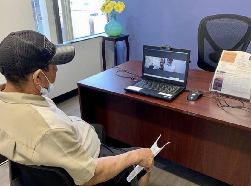 Un inmigrante hondure?o recibe asesoría legal por medio de la aplicación Zoom, en el consulado de Honduras en Los ángeles.