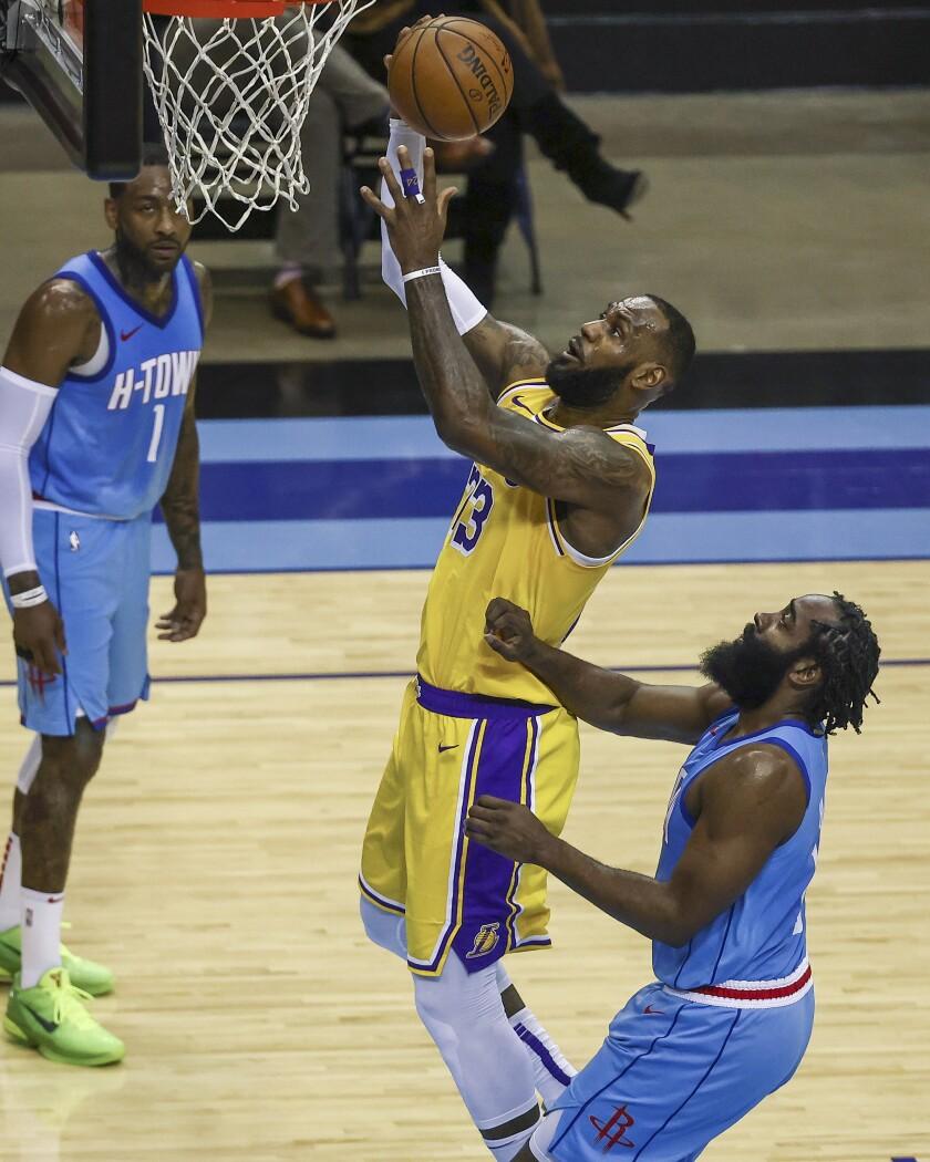 El alero de los Lakers de Los Ángeles LeBron James anota una canasta
