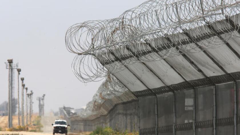 Una patrulla recorre la fortificada frontera sur de San Diego.