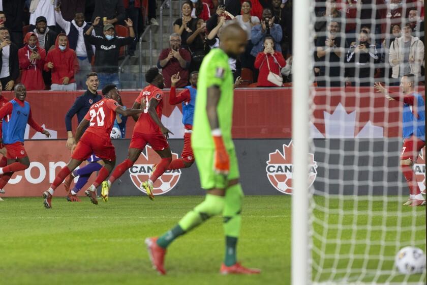 Alphonso Davies, de la selección de Canadá, festeja tras anotar ante Panamá