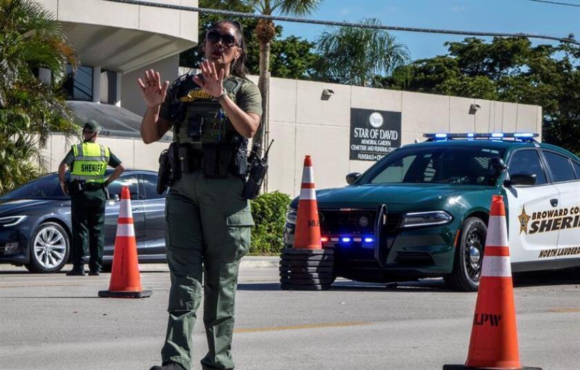 Agentes de policía y agentes de la oficina del Sheriff dirigen el tráfico en Florida, Estados Unidos. EFE/Archivo