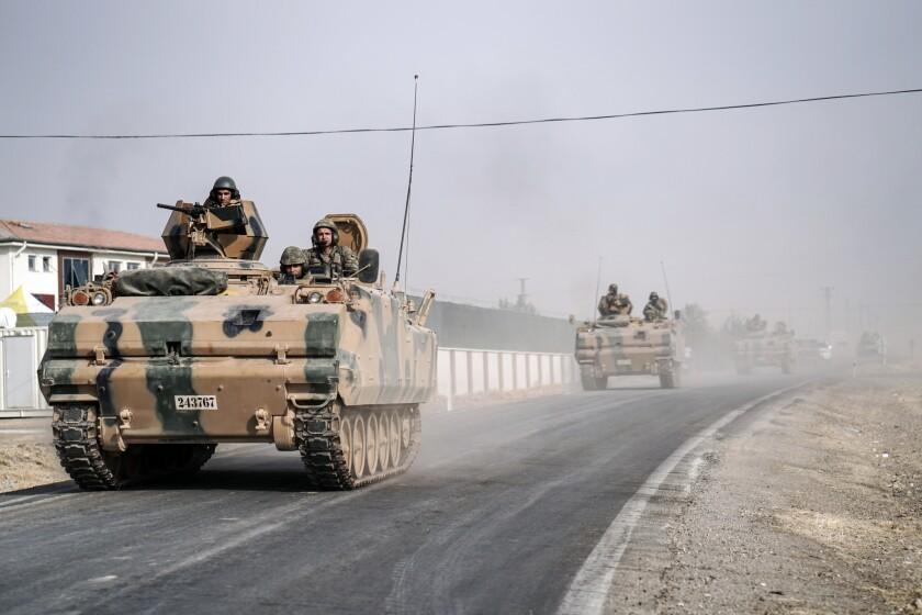 Fotografía de archivo del 25 de agosto de 2016 de tanques y otros vehículos blindados del ejército turco avanzan por Karkamis, Turquía, hacia la frontera con Siria. (AP Foto/Halit Onur Sandal, Archivo)